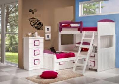 esta opcion se ha amueblado con una cama alta en laca blancaabajo una cama con cajones una mesilla de tres cajones con ruedas y un sinfonier lacado blanco