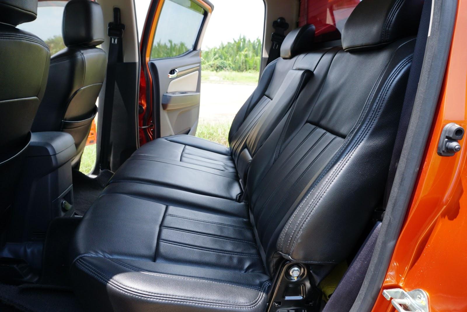 Hàng ghế sau đủ chổ cho 3 người, quá nhiều không gian cho gia đình