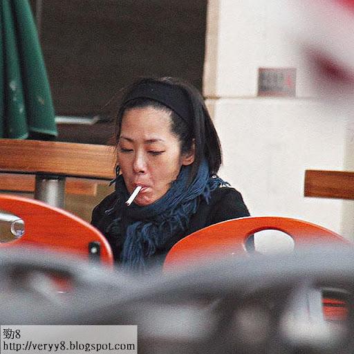 曾被拍得獨自在 coffee shop發呆兼煲煙,傳媒即冠以「失常」之名,都幾殘酷。《 FACE》圖片