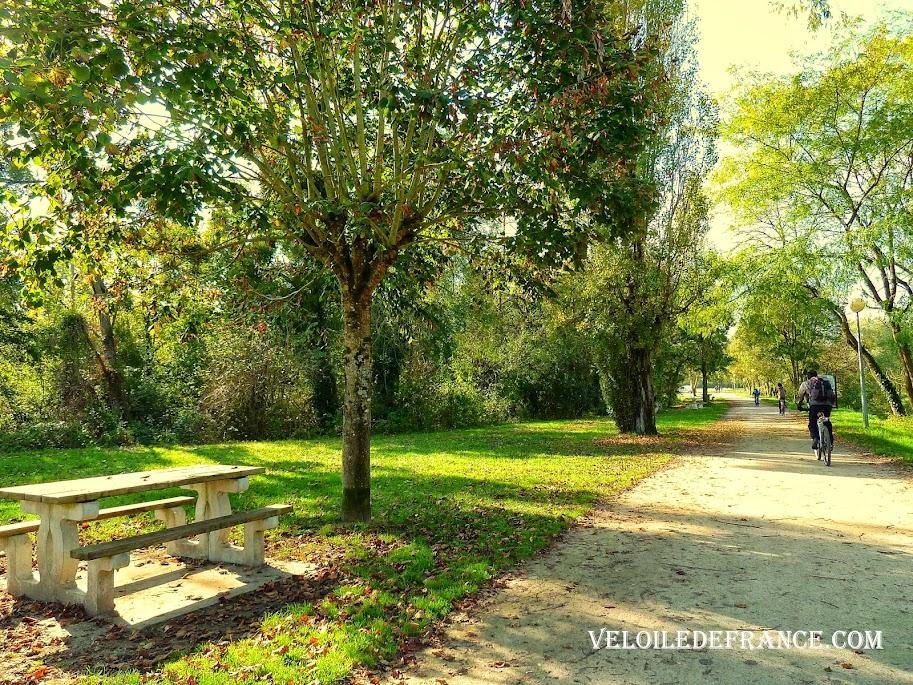 Aire de pique nique très sympathique mais pas du tout annoncée ni indiquée - La Loire à vélo sans prendre l'eau par veloiledefrance.com