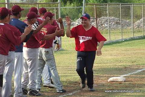 Alejandro Guadiana de Maypa Trucking felicitado por su cuadrangular en el softbol sabatino