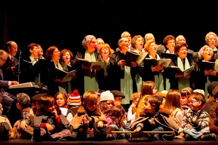 Crianças cantam tradição de ano novo no Teatro Ribeiro Conceição