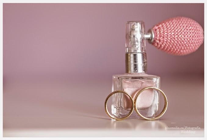 Una fotografía de boda diferente. Los detalles son muy importantes, anillos de boda y perfume.