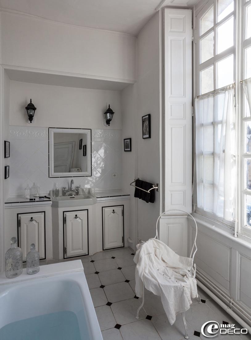 La salle de bain de la 'chambre de l'Evêque' dans la maison d'hôtes l'Hôtel des Tailles joue les contrastes du noir et du blanc