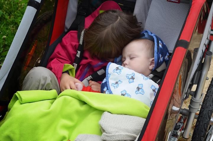 loire-a-velo-en-famille-visite-chateaux-remorque-enfant