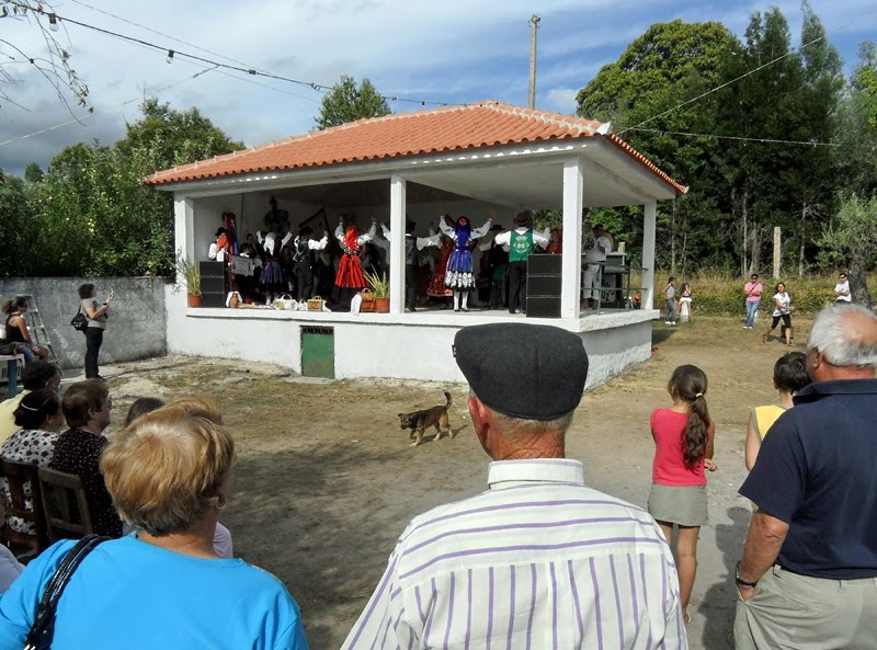 Grupo a executar as suas danças e as pessoas a assistirem