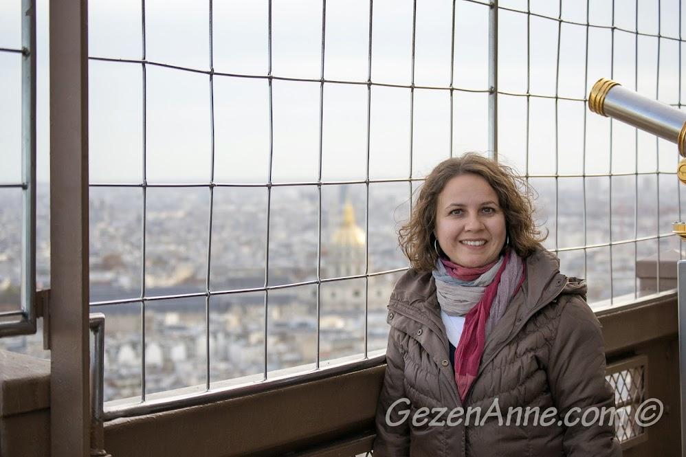 Eiffel kulesinin ikinci katında dolaşırken, Paris