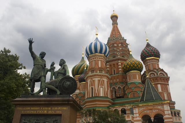 Vista de la Catedral de San Basilio con el monumento a Dmitri Pozharski y Kuzmá Minin delante