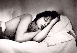 Milla Jovovich durmiendo