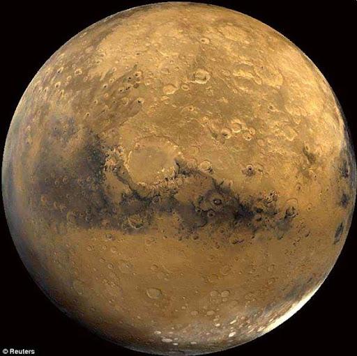 """研究顯示這顆紅色行星遍布隕石坑的表面偶爾會經受暴風雪的襲擊,不過這些""""雪""""的成分不是水而是乾冰"""