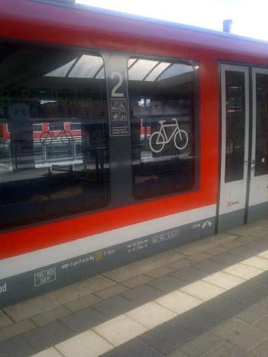 Begitu besarnya perhatian pemerintah setempat terhadap keberadaan sepeda, sampai dibuatkan gerbong kereta khusus untuk memuat sepeda.