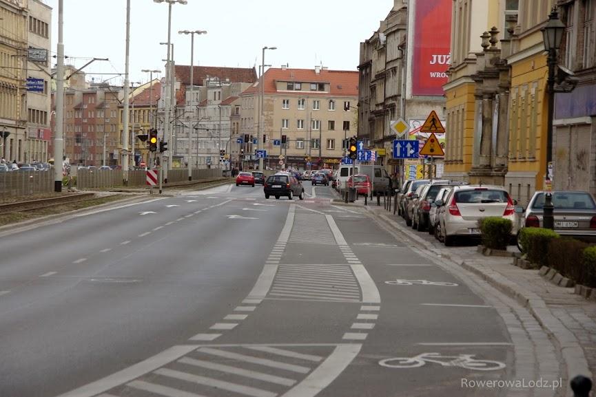 Na normalnej szerokiej drodze jeden z pasów jest dla rowerów! Na fotografiach widać w przeddzień oddania do użytku.