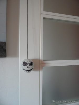Idea para decorar una puerta en Halloween.
