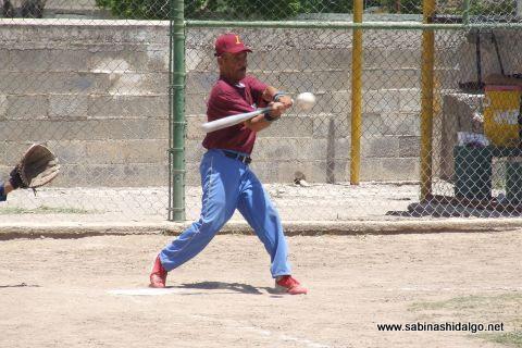Mario Román de Insulinos en el softbol de segunda fuerza