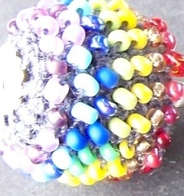ORIENTACYJNIE BEZ ORIENTACJI kolekcja tęczowa Panorama LeSage biżuteria szydełkowa z koralikami drobnymi szklanymi kolekcja przeciw Homofobii Anna Grabowska