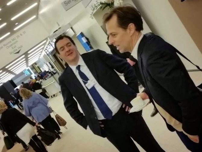 Tại Hội thảo Kinh tế Thế giới WEF đang tổ chức tại Davos, Thụy Sĩ, rất nhiều thành viên tham dự đang sử dụng tới 2 chiếc điện thoại: một chiếc iPhone thế hệ mới nhất (iPhone 6) và một chiếc BlackBerry xưa cũ.