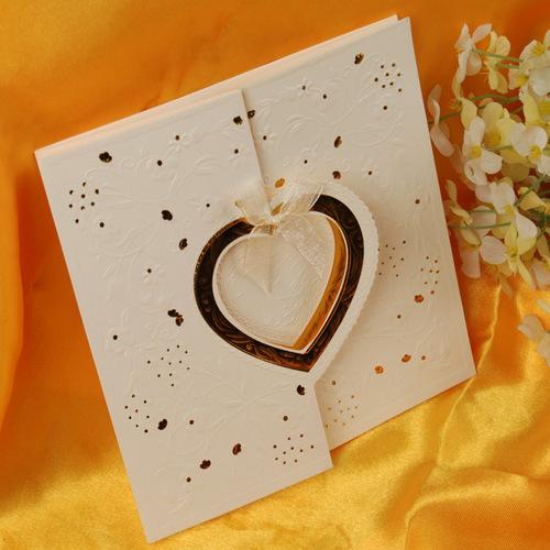 Invitación de boda con corazón dorado