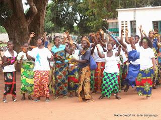 Des femmes accueillent avec joie le  représentant spécial du secrétaire général de l'Onu pour la RDC, Martin Köbler, le 11/09/2014 dans la localité de Kotakoli qui abrite un des plus grands centres d'entrainement commando dans la province de l'Equateur. Radio Okapi/Ph. John Bompengo