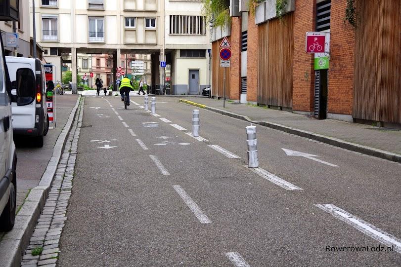 Dwukierunkowa droga dla rowerów utworzona kosztem jednego pasa dla samochodów.
