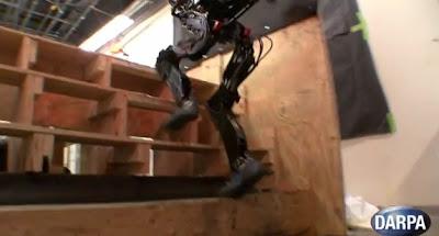 【動画】DARPAの新型ロボット「PETMAN」2足歩行で階段を登る。そしてキモい