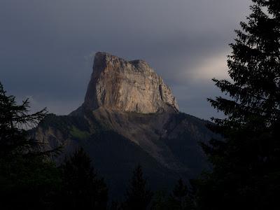 El Mont Aiguille amb les últimes llums, des del coll d'Allimas
