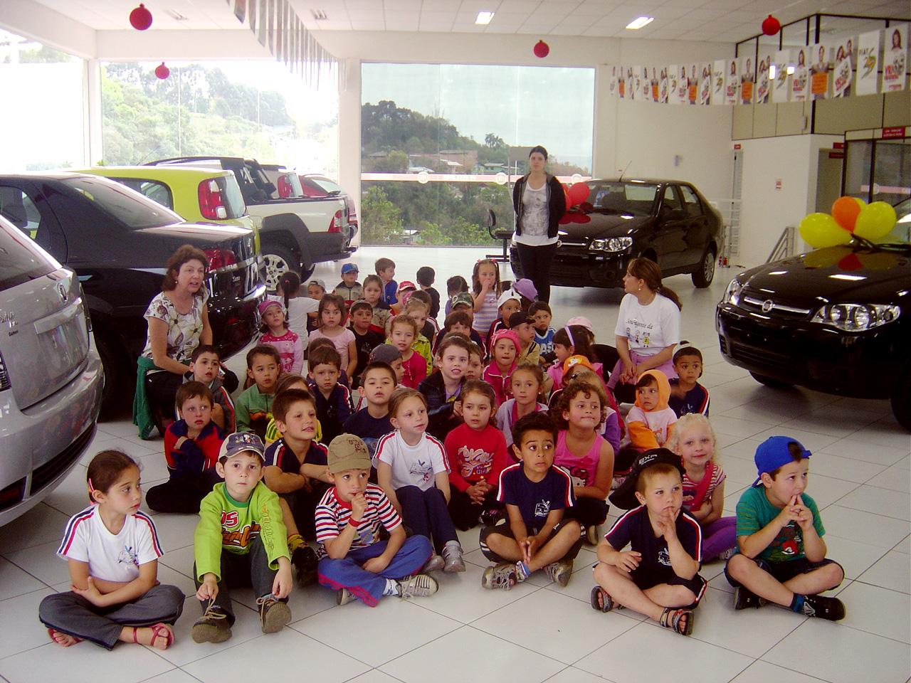 Crianças da Escola Bernardo Moro Sobrinho visitam a Carboni Fiat de Capinzal DSC00135