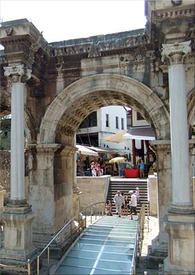 Pasadela de cristas sobre el viejo pavimento romano (Puerta de Adriano)