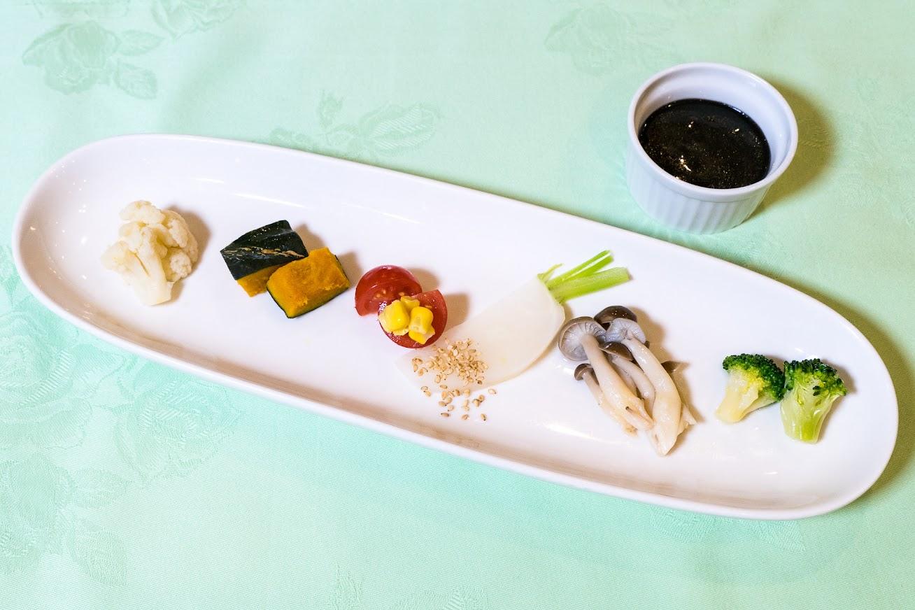 前菜:北竜野菜のディップ、黒カレーソース