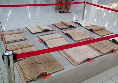 Catatan sipil yang ditulis tangan, mungkin tentang kelahiran, kematian, dan perpindahan warga