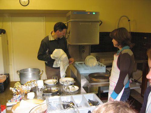 De kookouders hadden ook nog wat hulp in de keuken: het machien voor de afwas en Leo om af te drogen.