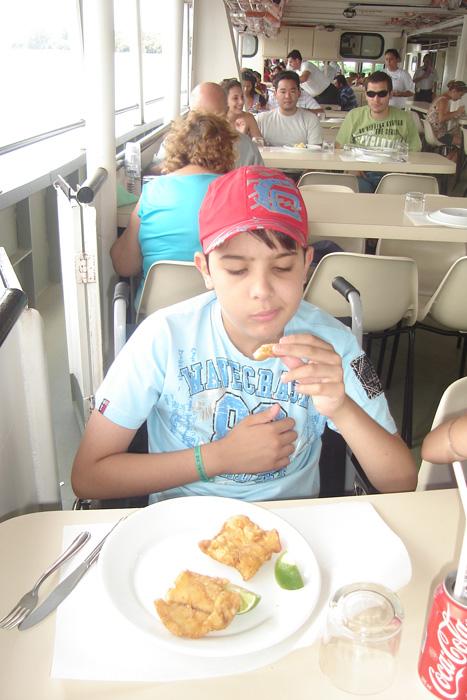 Vitor em Barra Bonita, comendo sua comida predileta: peixe