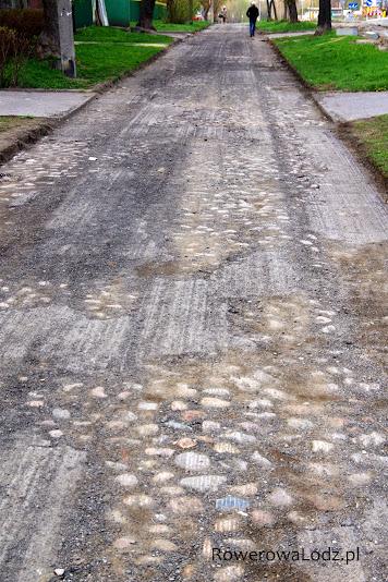 Frezowanie asfaltu na chodniku okryło kocie łby - leżące tu zapewne kilkadziesiąt lat.
