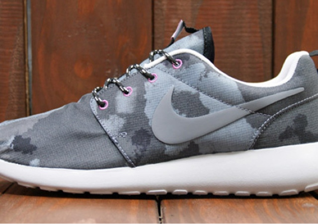 best authentic 0dcc9 1e2ae Nike WMNS Roshe Run Print – Black – Cool Grey – Club Pink