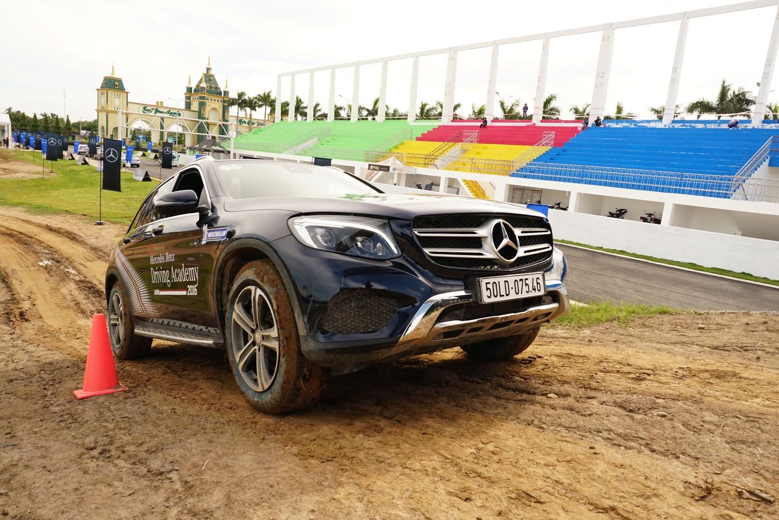 Dốc cao, bùn lầy, đá sỏi không thể làm khó những chiếc SUV của Mercedes Benz