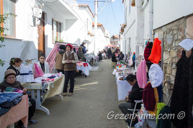 Seferihisar kadınlarının el işi tezgahları, Sığacık pazarı