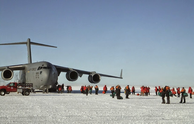 뉴질랜드 크라이스트처치와 맥머도기지를 연결하는 C-17 항공기