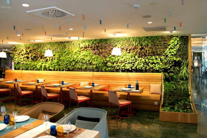 Jard n vertical interior en el restaurante cheese bar de for Jardin vertical interior