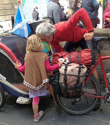 Vater und Tochter: Pamir-Highway-Radlerfamilie in Edinburgh