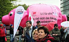 Protest mit rosa Riesen-Sparschwein.