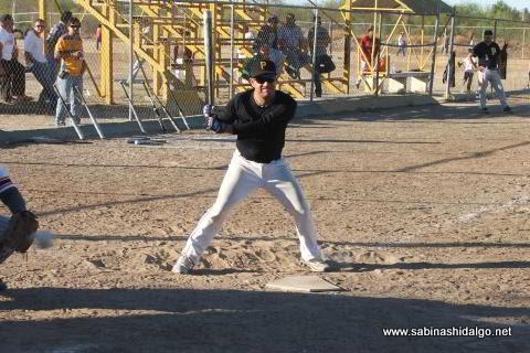 Nelson Villarreal bateando por Piratas en el softbol sabatino