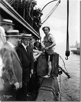 Гарри Гудини — трюк с погружением в воду в ящике