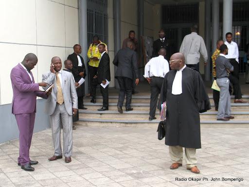 Des avocats et membres de partis politiques devant la cour suprême de justice à Kinshasa, lors du procès de l'élection du gouverneur du bas Congo. Radio Okapi/Ph. John Bompengo