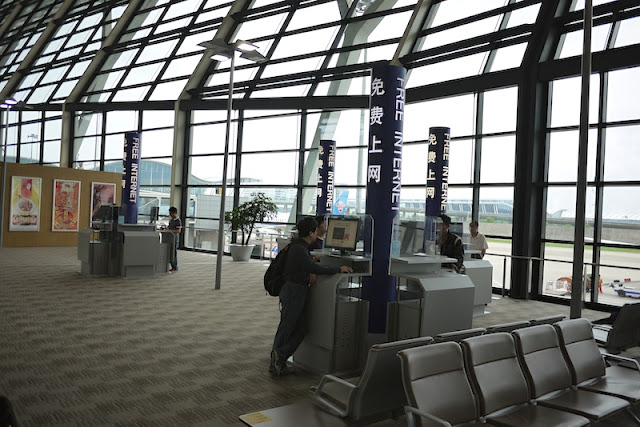 free internet kiosks at Shanghai Pudong International Airport