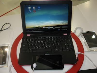 Połączenie telefonu ze stacją dokującą w kształcie netbooka.