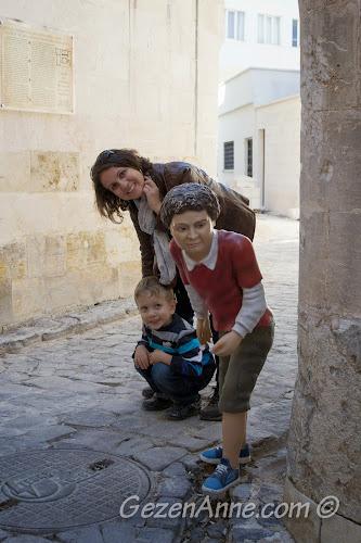 Oyuncak müzesi önündeki saklanan çocuk heykeli, Gaziantep