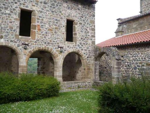 Le cloître de l'abbaye de Chanteuges