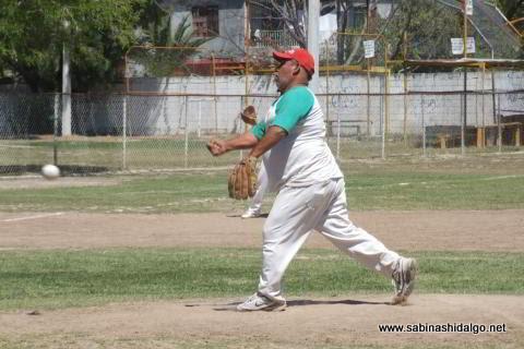 Gustavo Pérez de Burócratas B en el softbol dominical