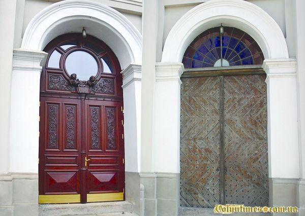 Двері луцького Кафедрального костелу Святих Апостолів Петра і Павла після і до заміни.