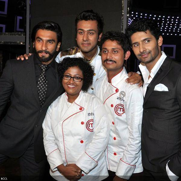 Ranveer Singh poses with the finalists Ripu Daman Handa, Doyel Sarangi, Navneet Rastogi and host of the show Ravi Dubey during the grand finale of the cookery show Master Chef Season 3, held in Mumbai. (Pic: Viral Bhayani)<br />