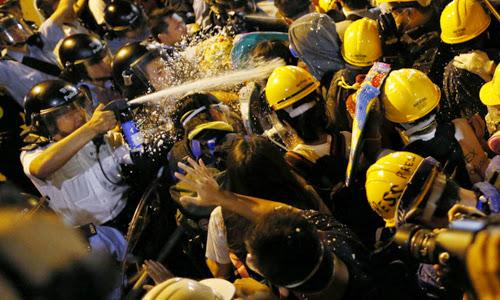 Cảnh sát Hong Kong cố đẩy người biểu tình ra khỏi khu vực họ chiếm giữ hôm 30/11. Ảnh: Fortune